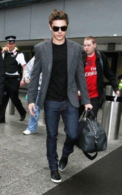 мужчина в пиджаке и черных кедах