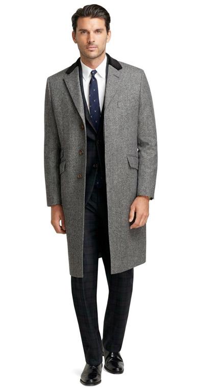 мужчина в сером классическом пальто