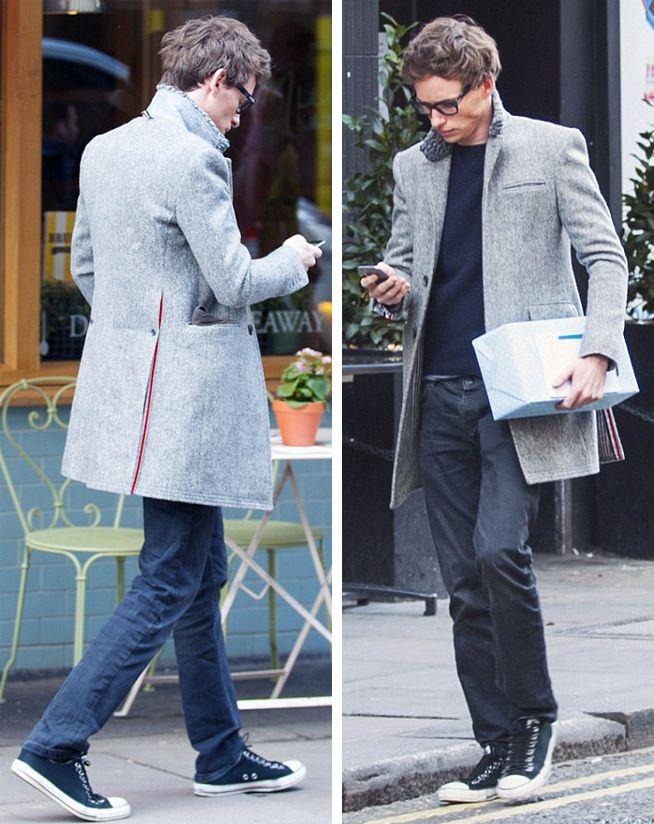 мужчина в сером пальто и черных кедах