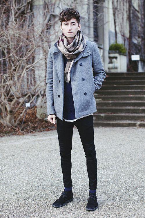 мужчина в сером пальто и клетчатом шарфе
