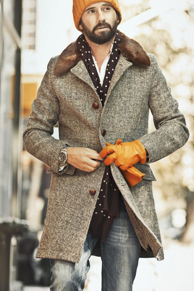 мужчина в сером пальто и рыжих перчатках