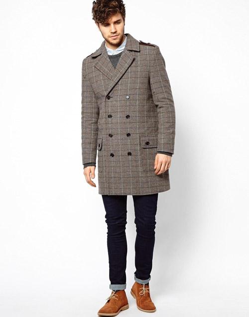 мужчина в сером пальто и рыжих туфлях