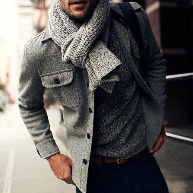 мужчина в сером пальто и сером шарфе