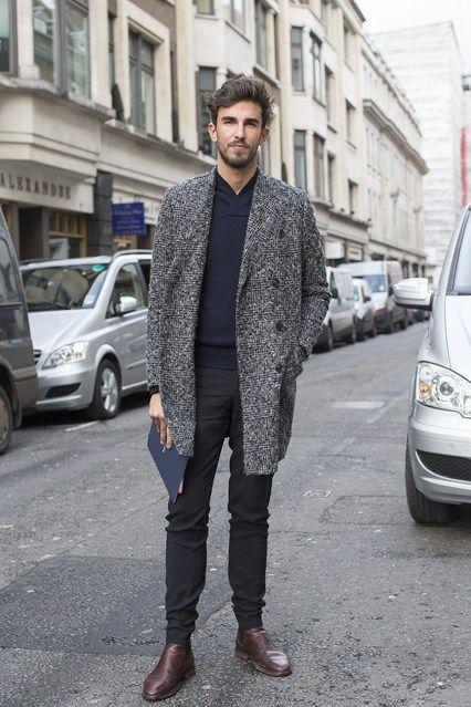 мужчина в сером пальто и синих брюках
