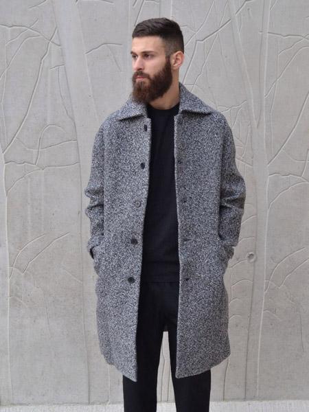 мужчина в сером пальто с бородой