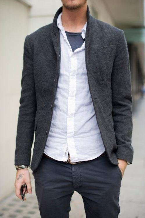 мужчина в сером пиджаке и белой рубашке