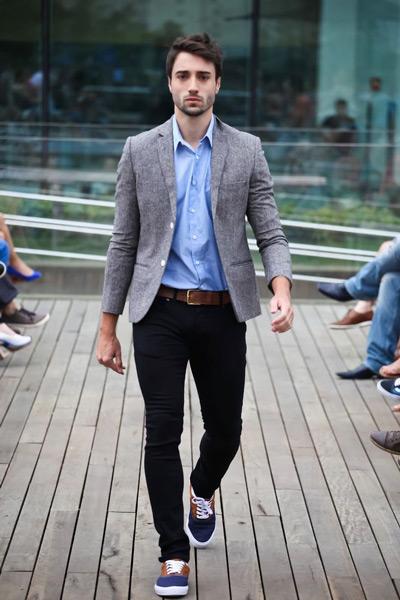 мужчина в сером пиджаке и сникерах