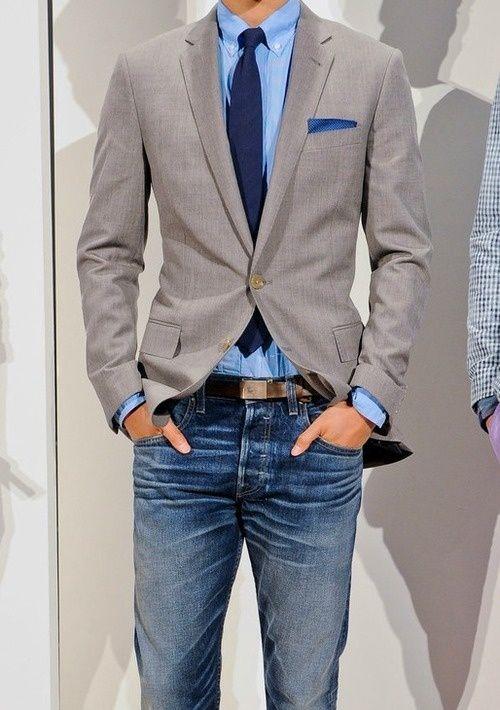 мужчина в сером пиджаке с синем галстуком