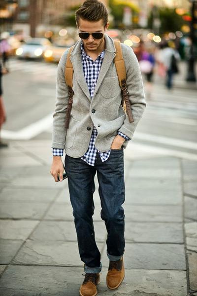 мужчина в сером вельветовом пиджаке