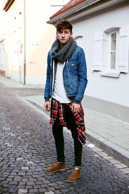 мужчина в сером вязаном хомуте и джинсовке
