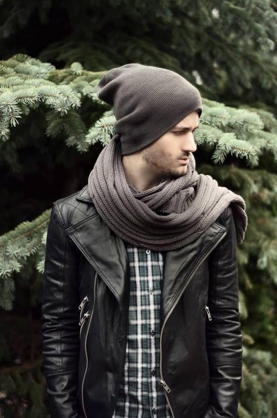 мужчина в шарфе, шапке и кожанке