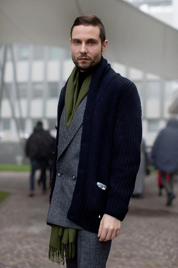 мужчина в синем кардигане и с длинным шарфом