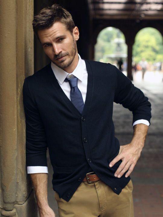 мужчина в синем кардигане с галстуком