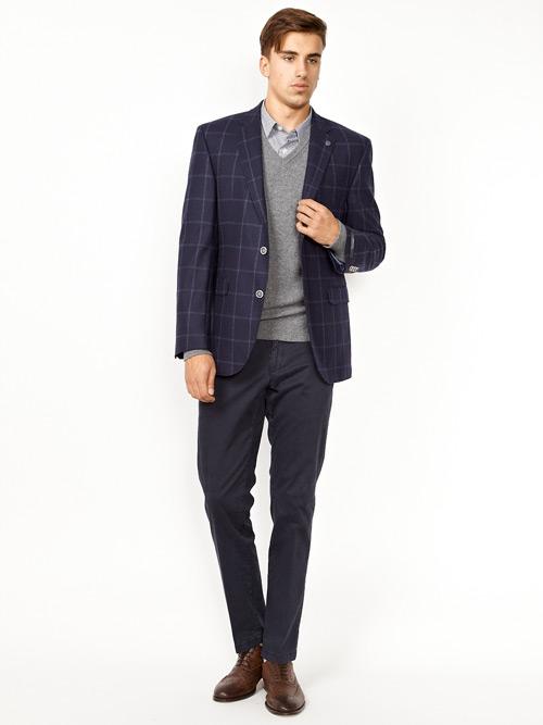 мужчина в синем клетчатом пиджаке