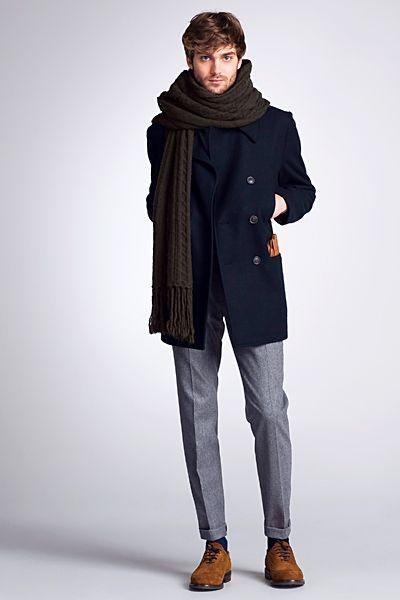 мужчина в синем пальто, голубых джинсах с шарфом