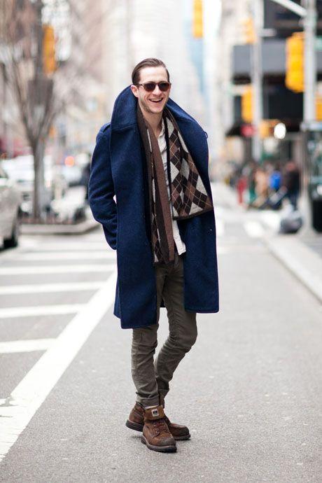 мужчина в синем пальто и с клетчатым шарфом