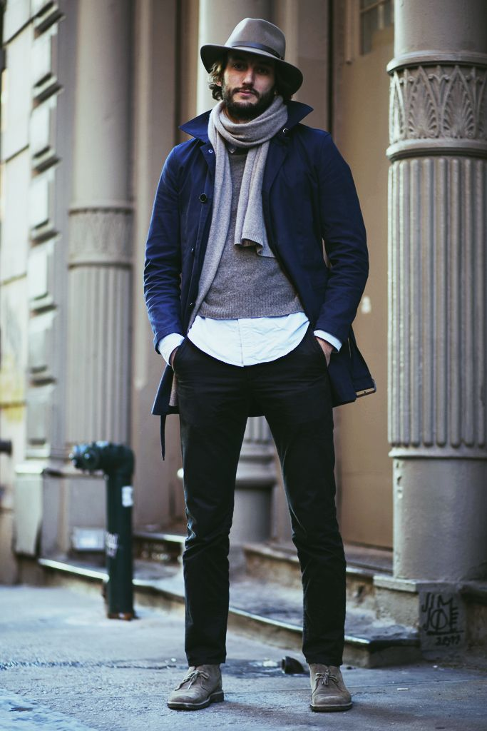 мужчина в синем пальто и шляпе