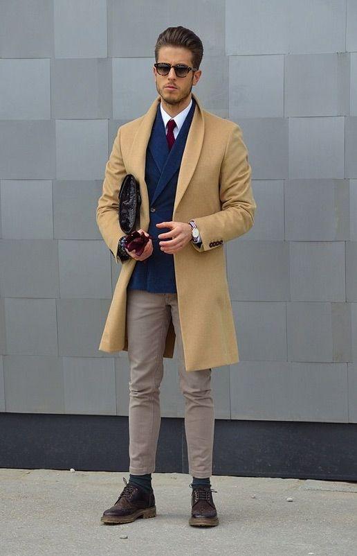 мужчина в синем пиджаке и бежевом пальто