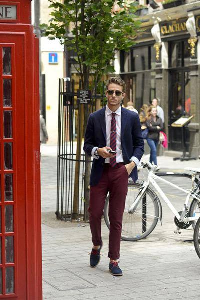 мужчина в синем пиджаке и бордовых брюках