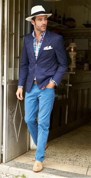 мужчина в синем пиджаке и голубых брюках