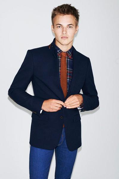 мужчина в синем пиджаке и узких джинсах