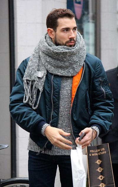 мужчина в синей куртке и шарфе