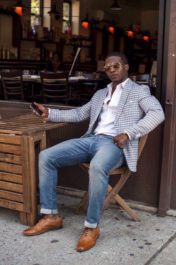 мужчина в светлом клетчатом пиджаке