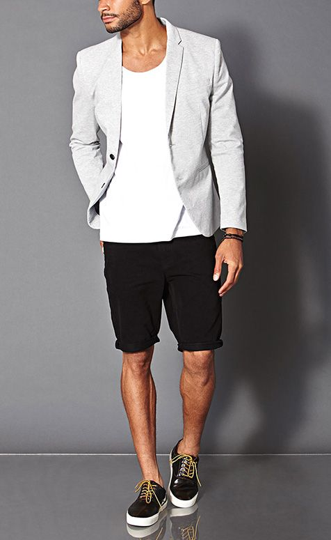 мужчина в светлом пиджаке и шортах