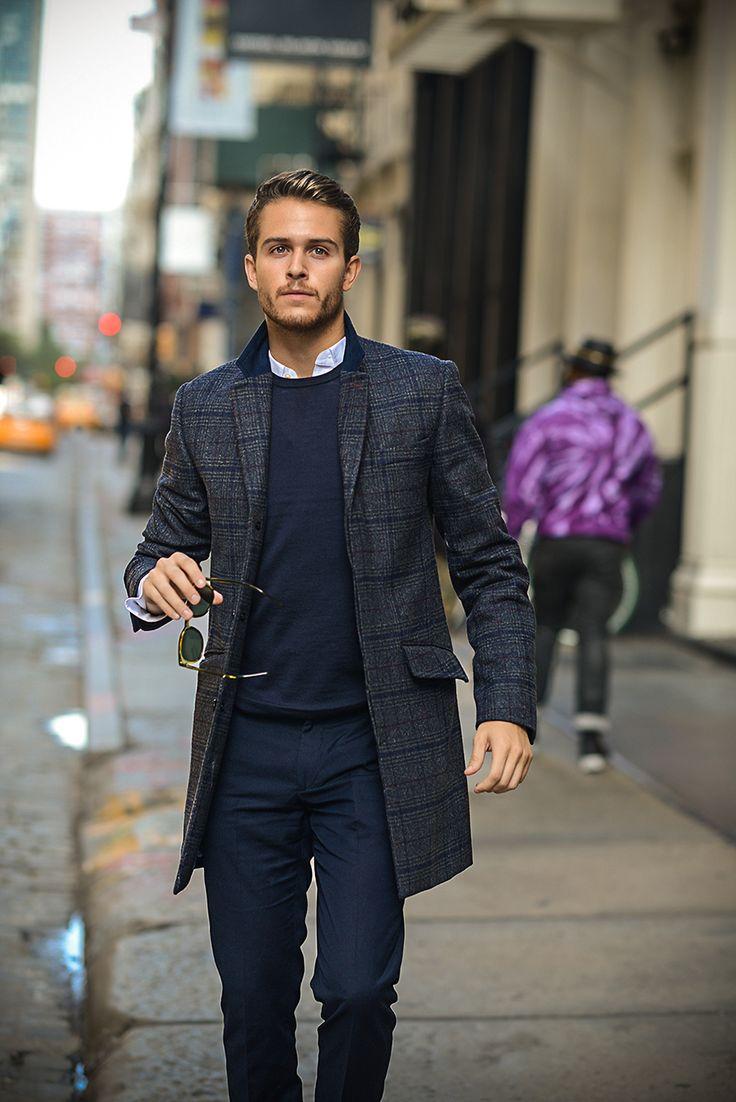 мужчина в удлиненном клетчатом пиджаке