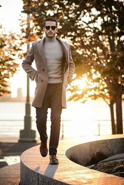 мужчина в удлиненном коричневом пиджаке