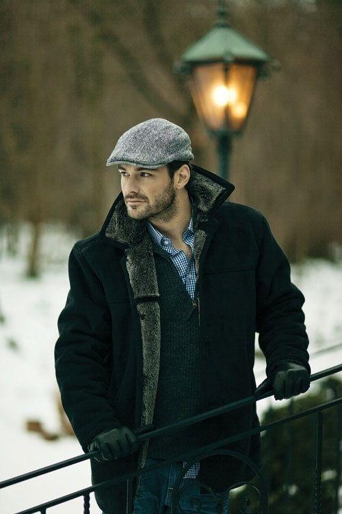 мужчина в утепленном пальто и кепке