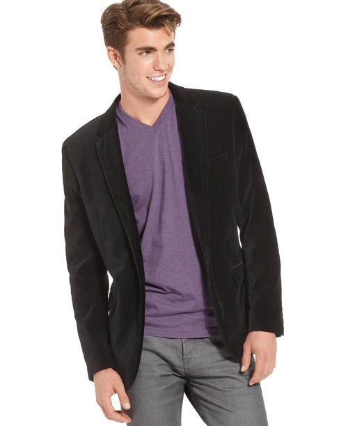 мужчина в вельветовом пиджаке и фиолетовой футболке