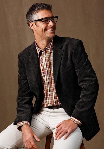 мужчина в вельветовом пиджаке и клетчатой рубашке