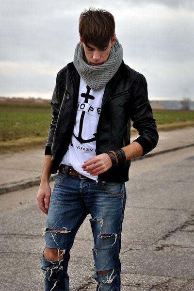 мужчина в вязаном сером хомуте и рваных джинсах