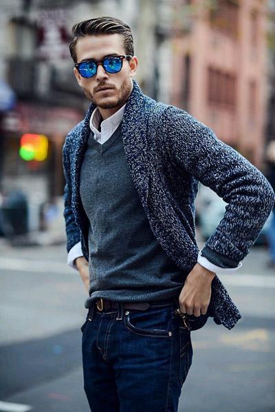 мужчина в вязаном сером кардигане и очках