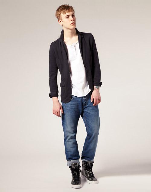 мужчина в высоких черных кроссовках