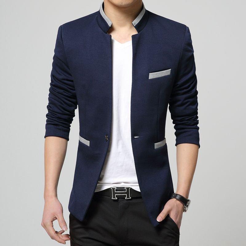 мужчинав синем пиджаке и белой майке