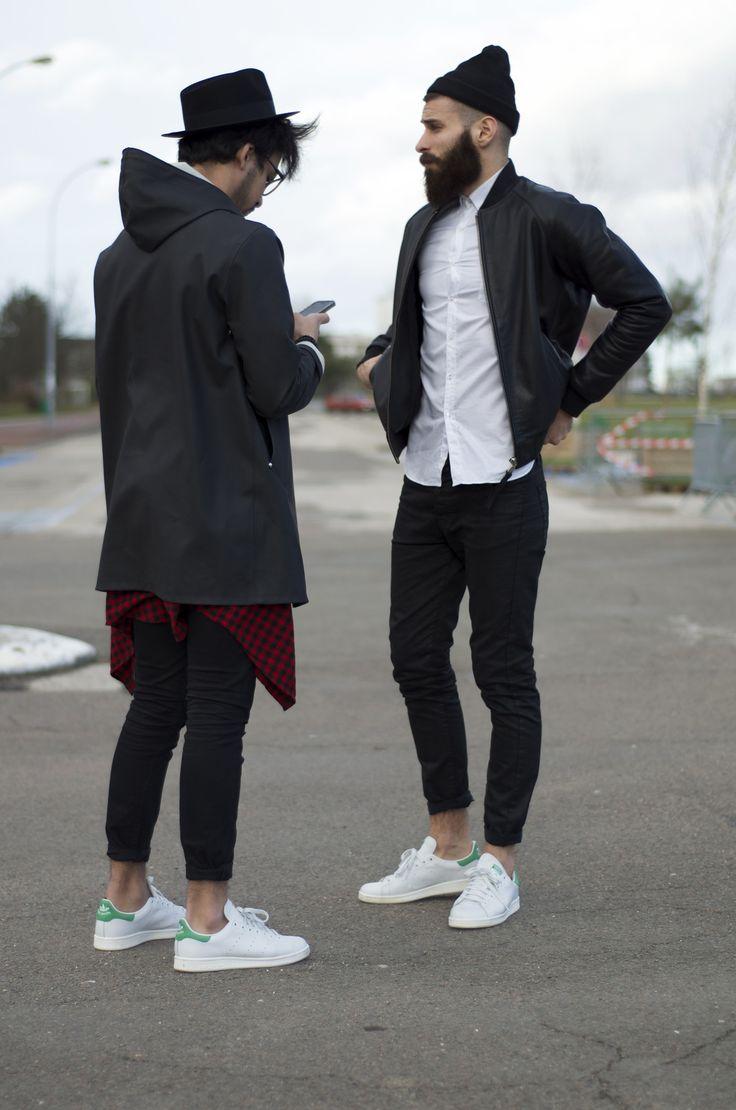 мужчины в белых кедах и черных брюках
