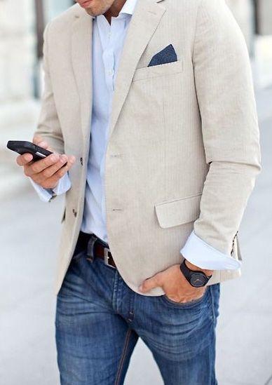 в белом пиджаке и джинсах