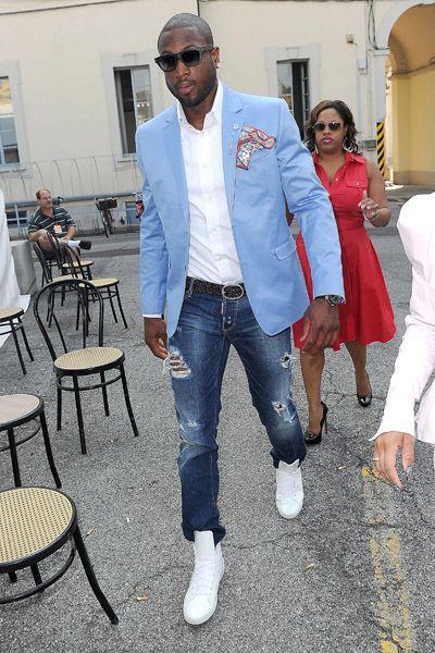в голубом пиджаке и белой рубашке