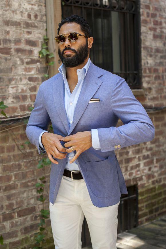в голубом пиджаке и очках
