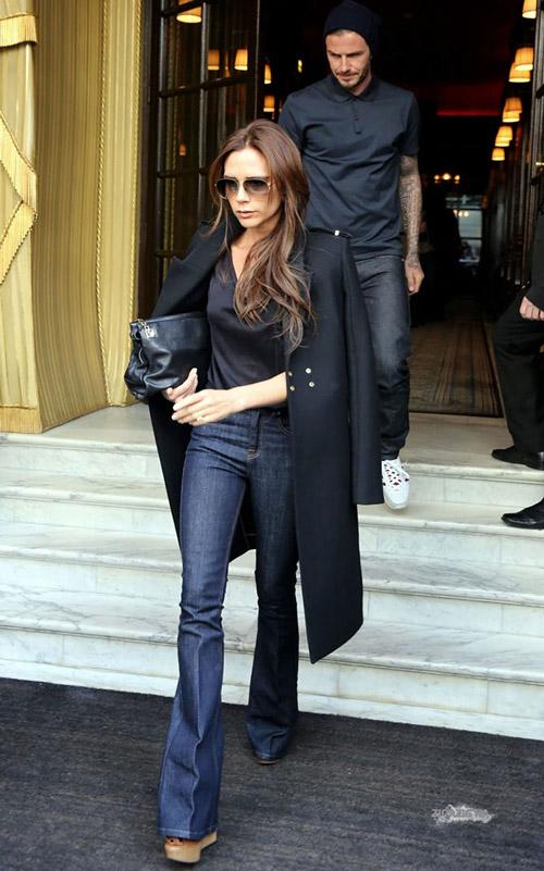 Виктория Бэкхем в черном пальто и джинсах клеш