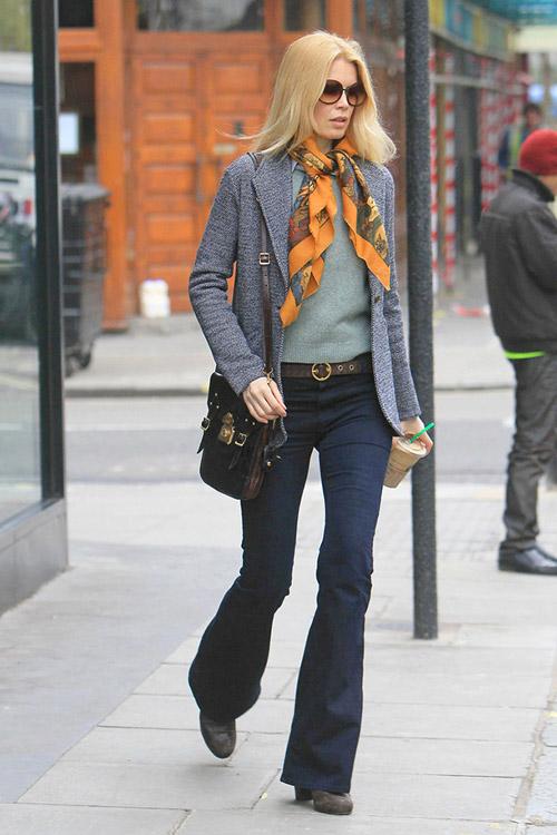 Клаудиа Шиффер в джинсах клеш и сером пиджаке