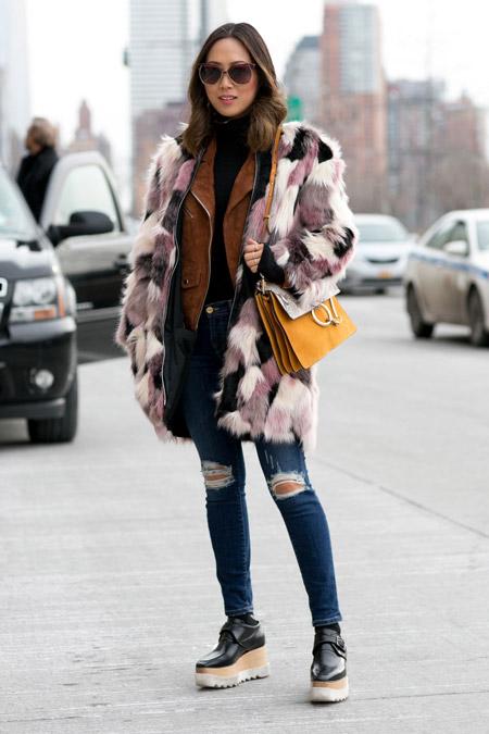 Девушка в рванных джинсах и бело-розовой меховой шубке