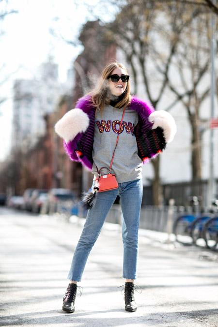 Девушка в синих джинсах, серый свиншот, фиолетовая меховая шубка и варежки