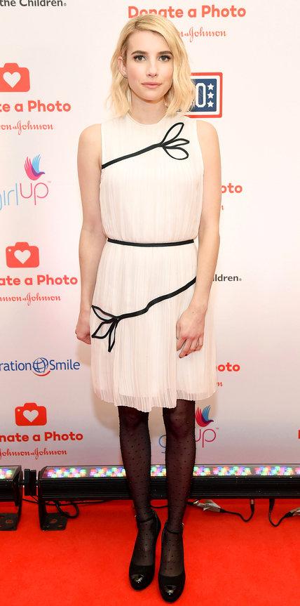 Эмма Робертс в плиссированном, светлом платье и черныъ туфлях