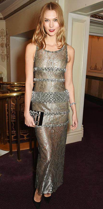 Карли Клосс в изысканном бронзовом платье от Chanel