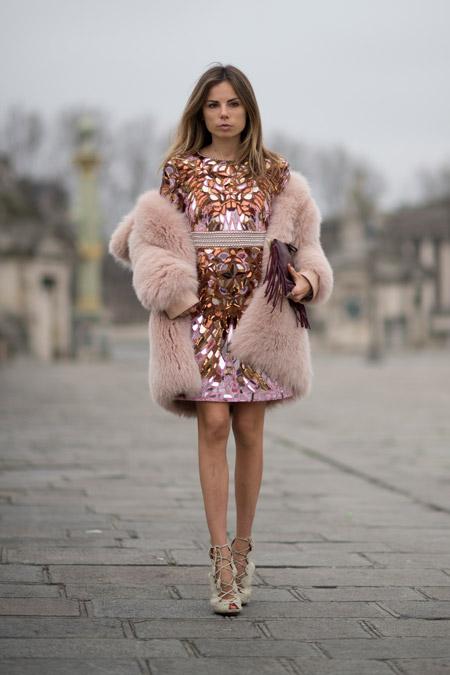 Модель в красивом платье с принтом и бежевой меховой шубке