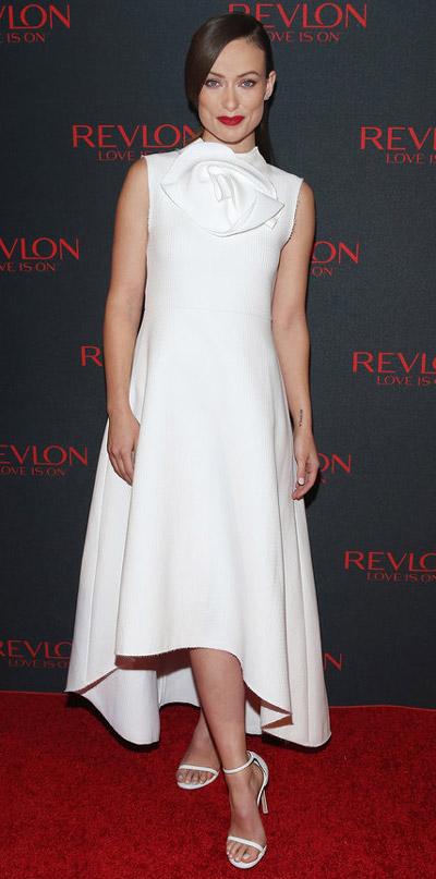 Оливия Уайлд в белом платье и босоножках от Stuart Weitzman