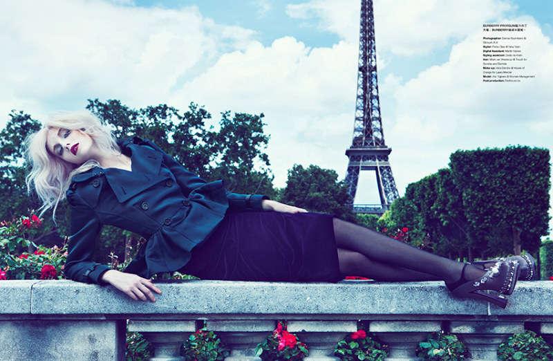 Парижский шик, модель в узкой юбки карандаш и темно синий жакет с пуговицами в два ряда
